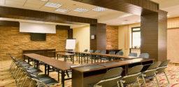 Oferta organizare evenimente Sinaia pentru 60 de persoane – Sala de Conferinte beneficiaza de dotari moderne
